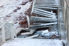 一场强的风暴的后果在波罗的海作为在海岸的一个被破坏的楼梯 图库摄影