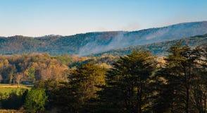 一场森林火灾的早晨视图在卡托巴人山的 免版税库存图片