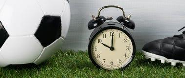 一场足球比赛的时期在绿色草坪的 库存照片