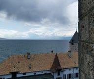 一场风暴的开始在日内瓦湖的在Swtzerland,在Musee叙伊斯du jeux的看法 免版税库存图片