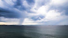一场风暴在城市前面的海 库存图片