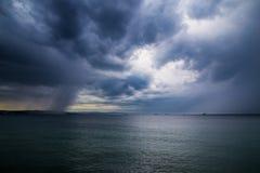一场风暴在城市前面的海 免版税图库摄影