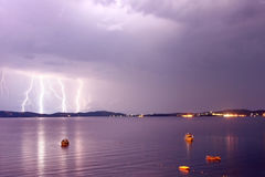 一场风暴的起点在有闪电的海在紫色天空 库存照片
