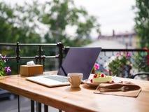 一块乳脂状的杯形蛋糕的顶视图与cofee的在木桌上 在倾吐的餐馆沙拉的主厨概念食物新鲜的厨房油橄榄 免版税库存照片