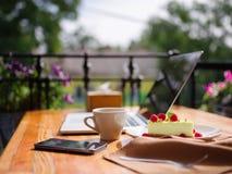 一块乳脂状的杯形蛋糕的顶视图与cofee的在木桌上 在倾吐的餐馆沙拉的主厨概念食物新鲜的厨房油橄榄 库存照片