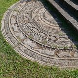 一块亚洲月亮石头在一个庭院里在斯里兰卡 库存照片