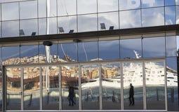 一块修造的玻璃的被反射的人 图库摄影
