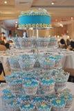 一块华美的杏仁奶油饼杯形蛋糕有排列的婚宴喜饼 库存照片