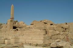 一块古庙和方尖碑的废墟在卢克索,没有人,西比,联合国科教文组织世界遗产名录站点,埃及,北非 免版税图库摄影
