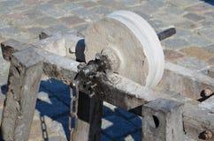 一块古老磨石的详细资料 免版税库存照片