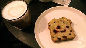 一块可口蛋糕的照片用芳香咖啡 免版税库存照片