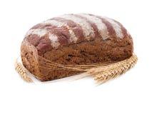一块可口黑面包,在麦子旁边一些个金黄钉  免版税图库摄影