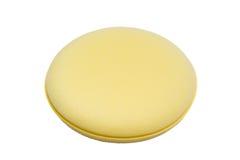 一块圆的黄色汽车蜡海绵 库存照片