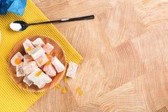 一块土耳其快乐糖的顶视图 在木桌背景的土耳其快乐糖 传统东部点心 复制空间 图库摄影