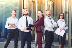 一块多层的玻璃b的背景的年轻办公室工作者 免版税库存图片