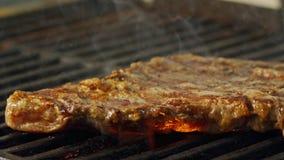 一块大牛肉牛腰肉排的慢动作在木炭格栅烤了 股票视频