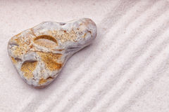 一块大理石石头在禅宗庭院里 免版税库存图片