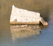 一块大石头在水中 免版税库存照片