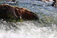一块大石头在河 波浪洗涤的石头 美好的背景 免版税图库摄影