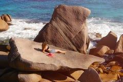 一块大石头的美丽的女性反对海在塞舌尔群岛 库存图片