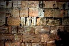 一块大砖的墙壁是装饰coquina 免版税库存照片