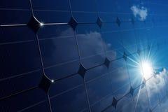 一块太阳电池板的特写镜头与太阳光芒的 库存图片