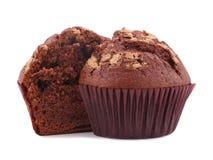 一块巧克力杯形蛋糕在白色背景切成了两半,隔绝 免版税库存图片