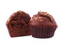一块巧克力杯形蛋糕在白色背景切成了两半,隔绝 免版税图库摄影