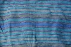 一块布料的蓝色镶边纹理从被弄皱的衣裳片断的  库存图片
