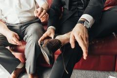 一块手表的特写镜头有皮革镯子的在人的手上 库存照片
