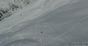 一块挡雪板的航拍山腰的 在4K的录影 股票视频