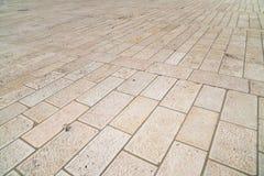 一块新的石灰石砖的透视图 边路瓦片,边路的纹理在圣殿山的在耶路撒冷 免版税库存照片