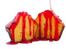一块杯形蛋糕的两个一半用在白色背景隔绝的红色果酱 库存照片