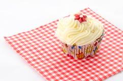 一块杯形蛋糕-红色被仿造的餐巾 免版税库存图片