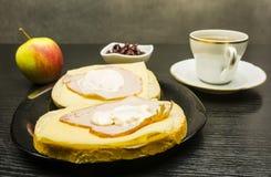 一块板材用三明治用火腿、乳酪和蛋黄酱 苹果计算机和一碗干蔓越桔和一杯茶 免版税库存图片