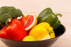 一块板材用健康和水多的柑橘水果和菜 葡萄柚、石灰、硬花甘蓝和胡椒 免版税库存图片