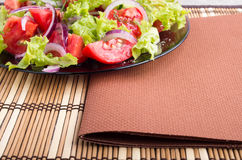 一块板材的特写镜头视图用新鲜的沙拉 库存图片
