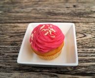 一块桃红色杯形蛋糕 免版税库存照片