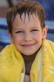 一块毛巾的愉快的男孩在游泳以后 库存图片