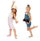 一块沐浴的毛巾和盖帽的女孩 免版税库存图片