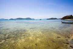 一块浅礁石的膨胀的看法在一个热带海岛的 免版税图库摄影
