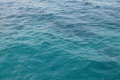 一块清楚的蓝色和绿松石浇灌在公海的表面有光波的 库存图片