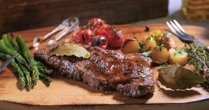 一块牛腰肉排的看法用芦笋、土豆和烤蕃茄 库存照片