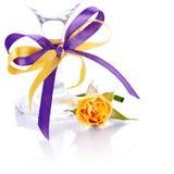 一块玫瑰和玻璃的黄色花与弓。 免版税库存照片