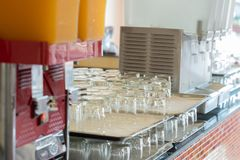 一块玻璃在厨房里 免版税库存图片