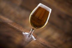 一块玻璃用啤酒和泡沫 免版税库存图片