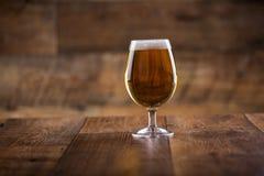 一块玻璃用啤酒和泡沫 免版税库存照片