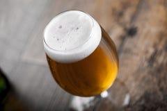 一块玻璃用啤酒和泡沫 免版税图库摄影
