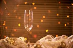 一块玻璃用香槟和金黄圣诞节球 图库摄影