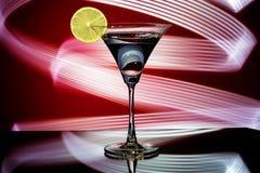 一块玻璃的剪影与鸡尾酒的 免版税库存照片